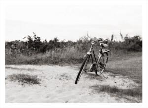 cykel på en svartvit sandstrand