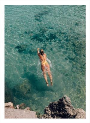 En badande kvinna i klart vatten