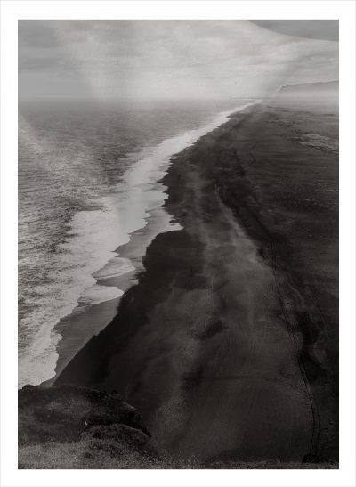 Svart strand vid havet på Island