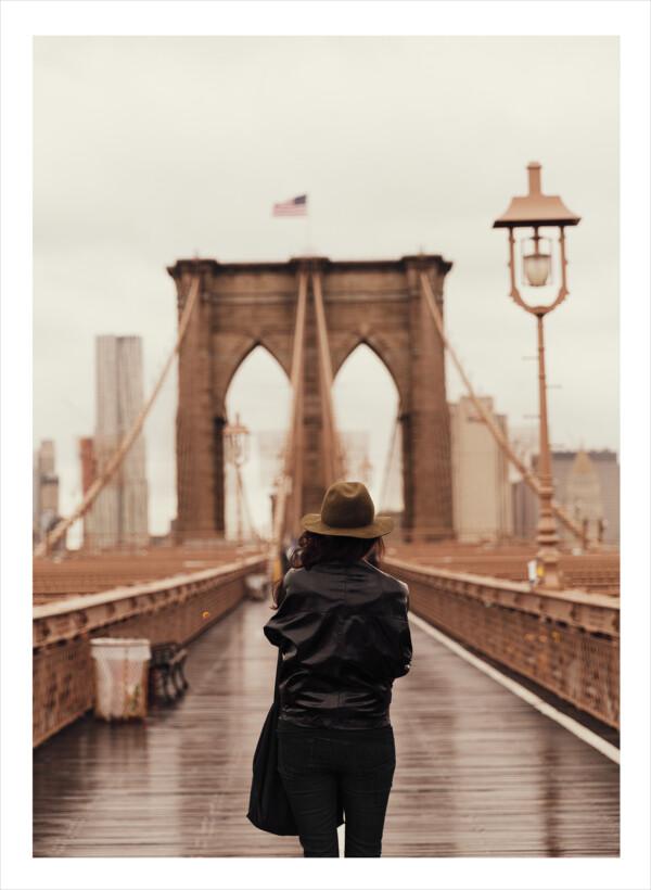 Brooklyn Bridge med en kvinns bakifrån