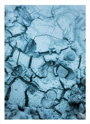 Blå mark på Island med massor av sprickor