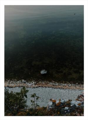 Ovanifrån en stenig strand på Gotland