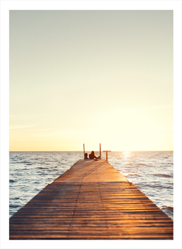 lång brygga ut i havet i soluppgång