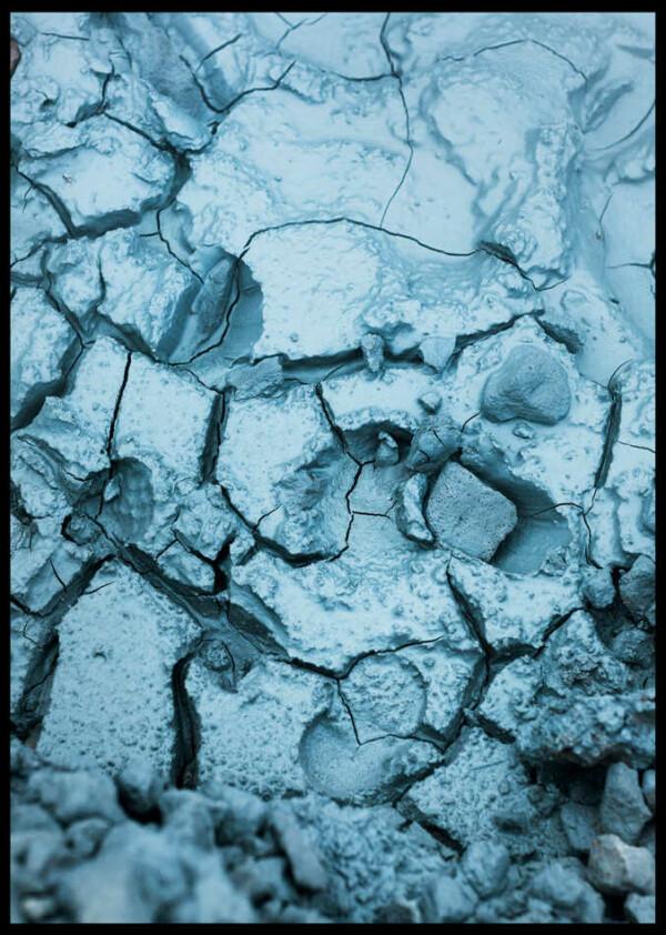 Svart ram runt en poster av sprickor i blå lera