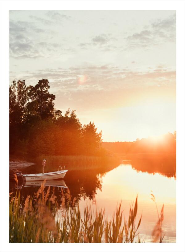 Stockholms skärgård i solnedgång och en liten roddbåt