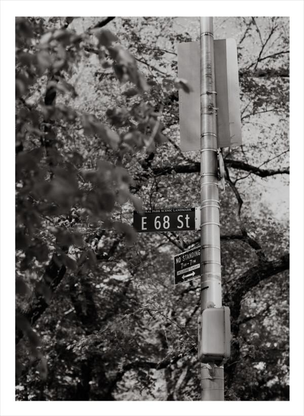 svartvit vägskylt i new york