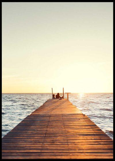 Inramad poster på en brygga i soluppgång på öland