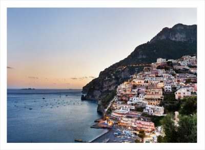Positano by längs bergskant