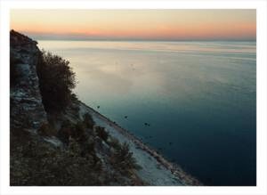 Stenstrand uppifrån vid havet på gotland