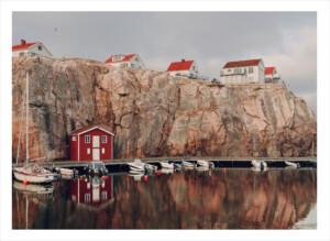 Ett båthus på en brygga framför havet i smögen