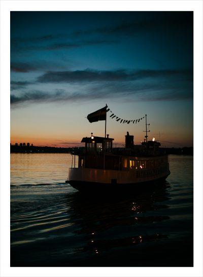 Båt på mälaren med solljus från en sommarnatt