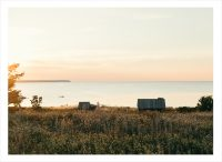 solnedgång på gotland vid en liten stuga vid vattnet