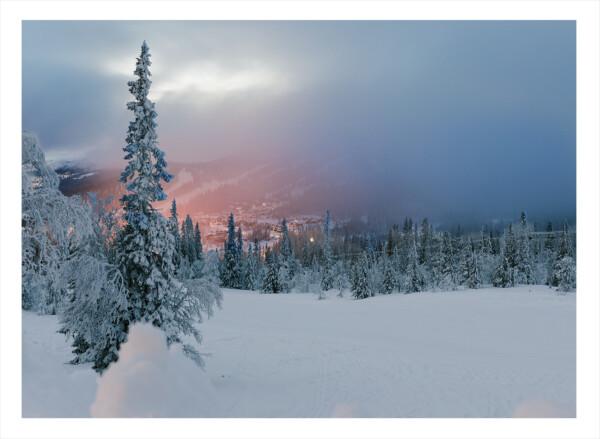 Fjäll med snö i solnedgång