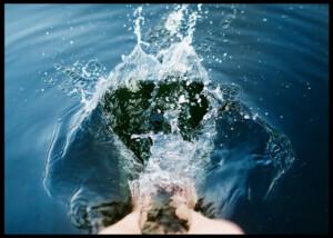 Sommarfötter i vatten som skvätter