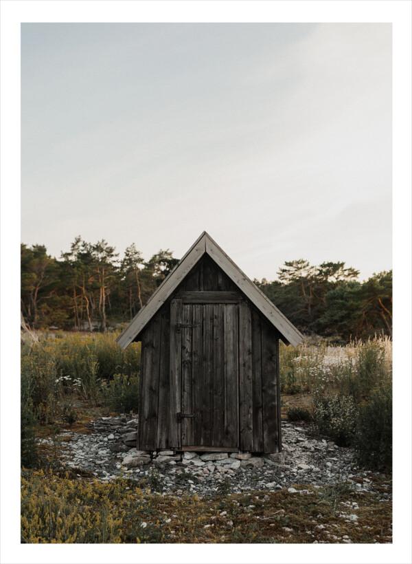 En liten vindpinad stuga på Gotland