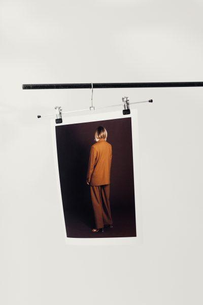 Hängande poster i en klädgalge