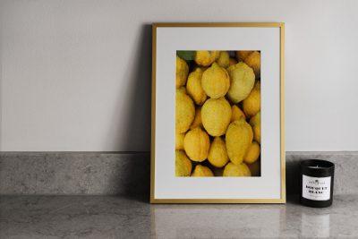 Inramad poster av citroner ståendes på stenbänk i kök