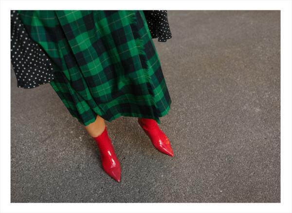 En grönrutig klänningen med röda skor