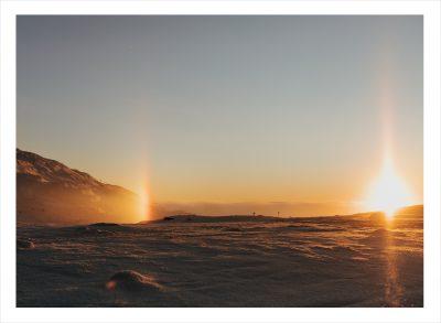 Ett snötäckt fjäll i solnedgång