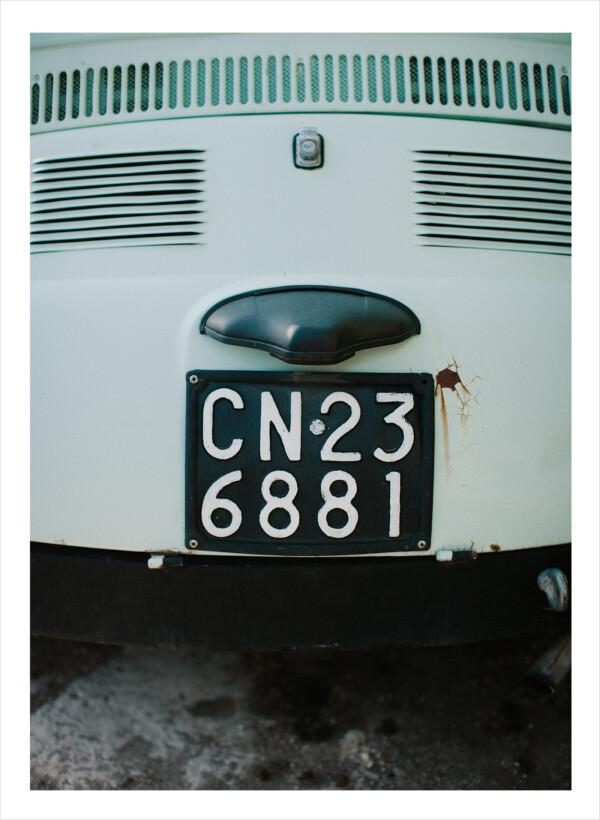 En registreringsskylt på en retrobil
