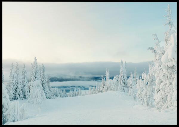 Inramad med svart ram en poster av ett fjäll dagtid med massor av snö