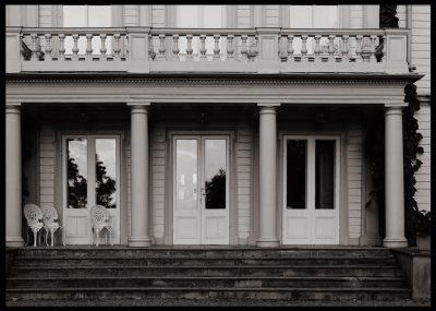 AffischInramad med svart ram en poster av en stor veranda med fönster och trappa av svartvit