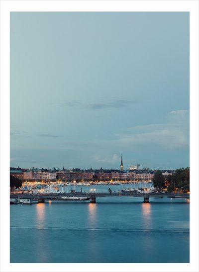 Mälaren i Stockholm med Stockholm som silhuette