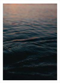 Svart hav med solstrålar på distans