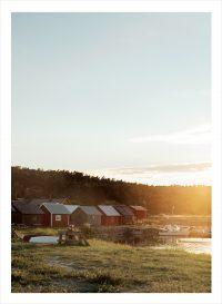 En fiskeby vid havet i solnedgång på Gotland