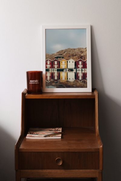poster och fotokonst ovanpå nattduksbord