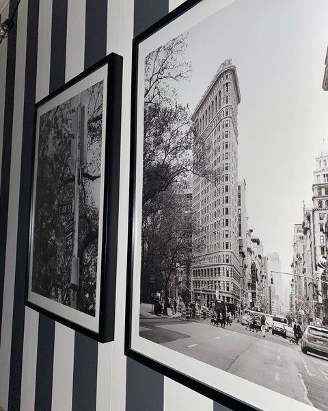 Svartvitrandig vägg med posters av new york