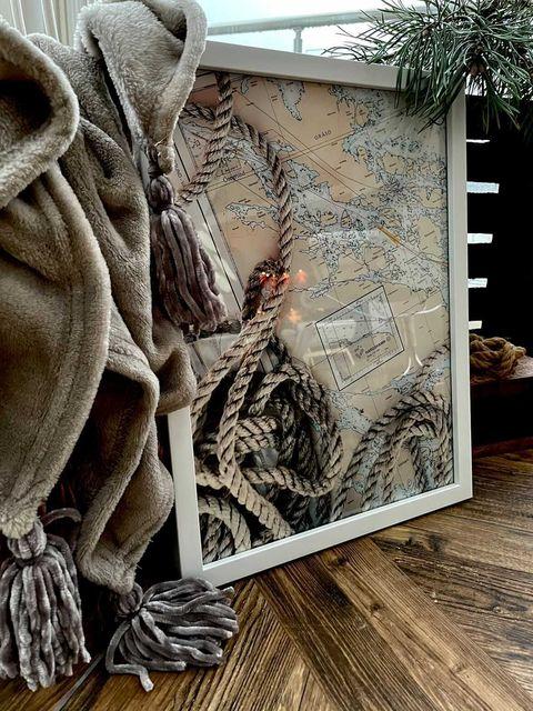 Poster med rep och sjökort imramat med vit ram