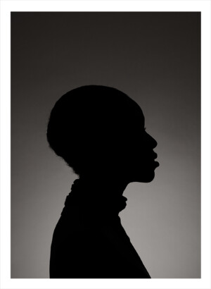 silhuette av en persons huvud i svartvitt