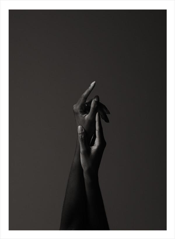 Två händer som håller i varandra och skapar en pil