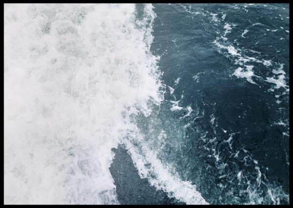En bild på hav med vågor som skummar vitt