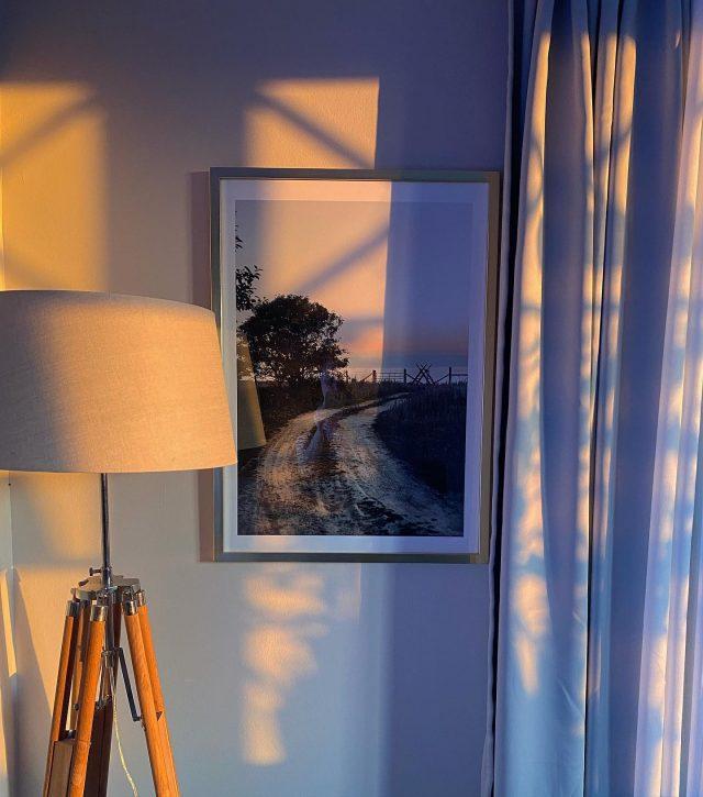 𝓢𝓸𝓵𝓷𝓮𝓭𝓰𝓪̊𝓷𝓰   Vilken fin helg på alla vis. Fått så mycket gjort och den avslutas med en solnedgång på väggen 🙏🏻. Tacksamt ✨  #lampa #posters #gardiner #lantligthem #stilrent #klassiskinredning #klassiskstil #inredningsdetaljer #inredningsinspo #inredningsinspiration
