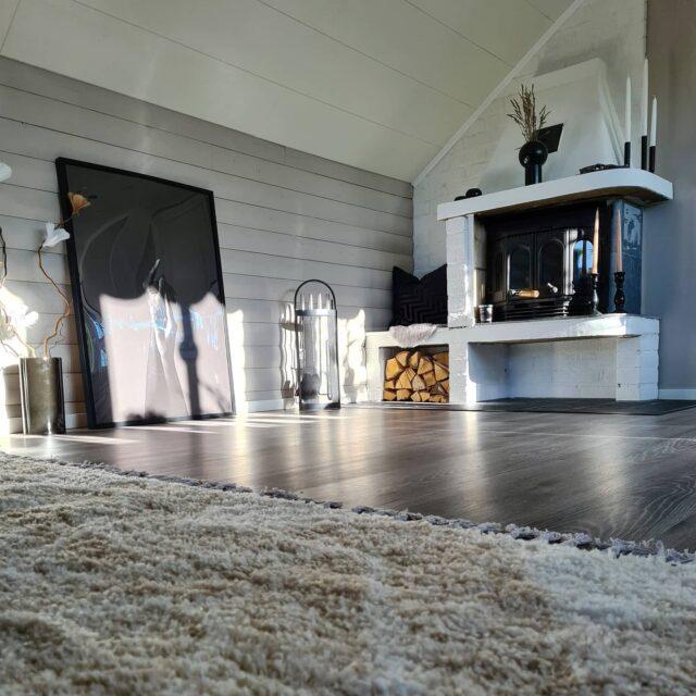 Idag har vi ett lite kalas för min underbara sambo och även hans mamma som fyller, grattis till er 🥳 Älskar er så så så så! 💗  . #inredning #inredningsinspo #inredningstips #inredningsdetaljer #interior #interiordesign #interior123 #interiör #design #nordiskahem #nordichome #scandinavianhome #roominspiration #skönahem #vackrahem #svenskahem #hemmahosmig #inspiration #myhome #heminredning #decoration #dekoration #homestyling #homedecor #sovrum #kamin #öppenspis #tavla #bedroominspo #semattor